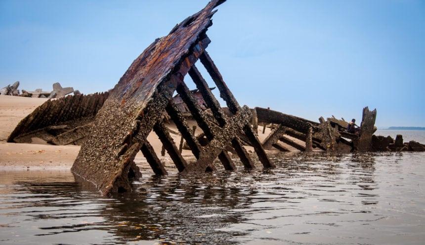 Castelo do Mar 004 beach wreck